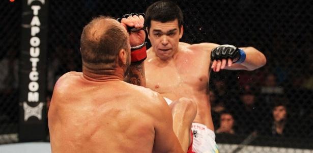 Lyoto Machida acerta chute no rosto de Randy Couture para nocautear rival