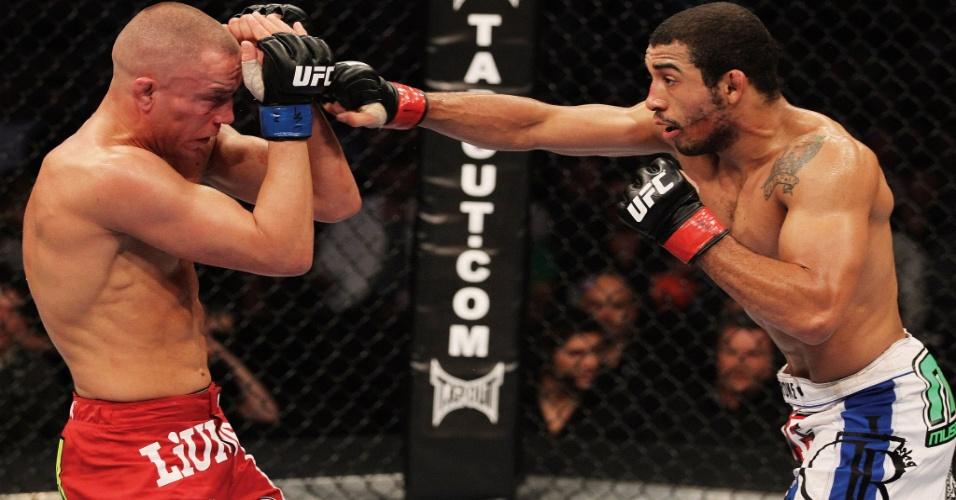 José Aldo dispara soco em sua estreia no UFC contra o canadense Mark Hominick
