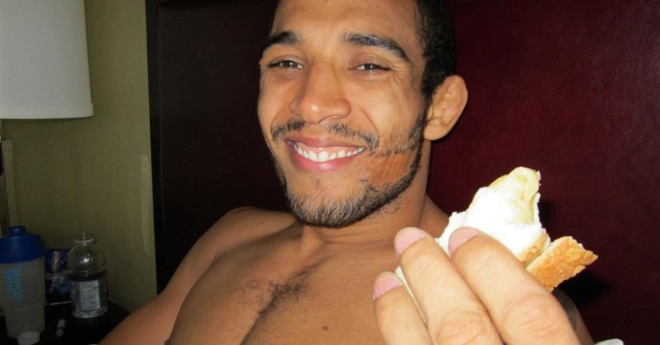 José Aldo se alimenta após a pesagem do UFC 129, em Toronto