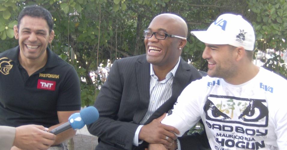 Minotauro, Anderson Silva e Maurício Shogun se divertem antes da coletiva do UFC, no Rio
