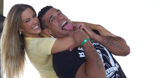Vitor Belfort e Joana Prado brincam em sessão de fotos