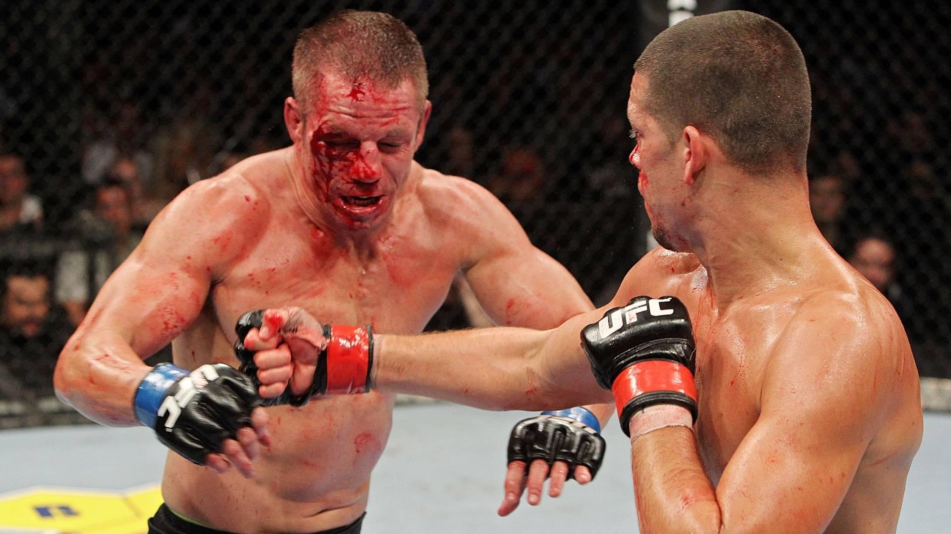 Marcus Davis tenta se esquivar de Nate Diaz durante o UFC 118