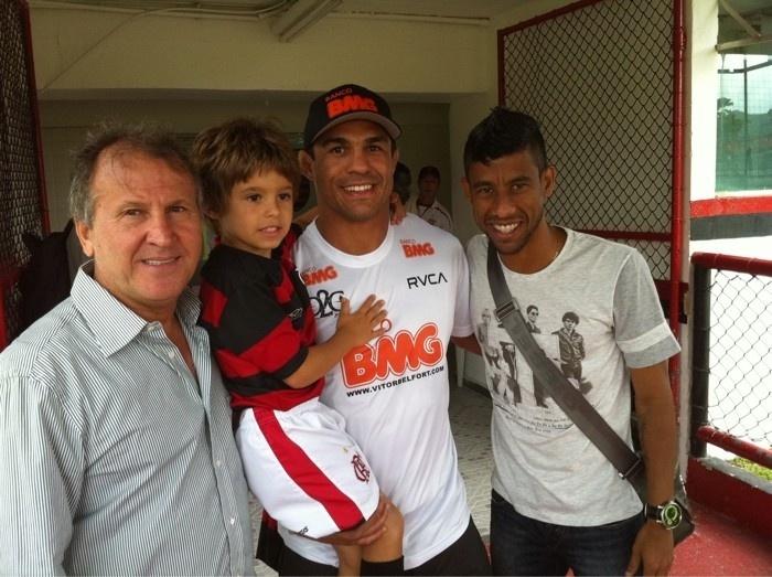Vitor Belfort em visita ao Flamengo em 2010, ao lado de Zico e Léo Moura