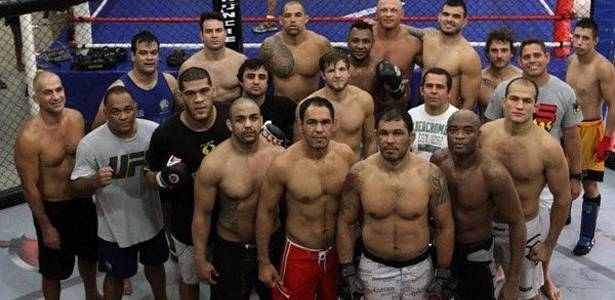 Minotauro e Anderson Silva posam com equipe de treinos para o UFC Rio, com Cigano, Pezão e outros
