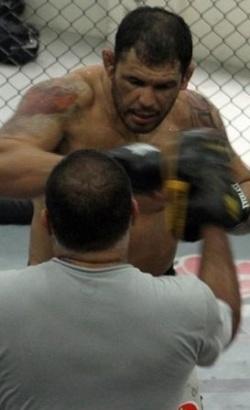 Minotauro treina boxe com Luis Dórea, antes do UFC Rio