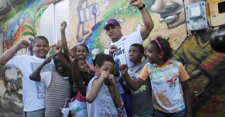 Vitor Belfort brinca com crianças durante visita ao Morro do Cantagalo, no Rio de Janeiro