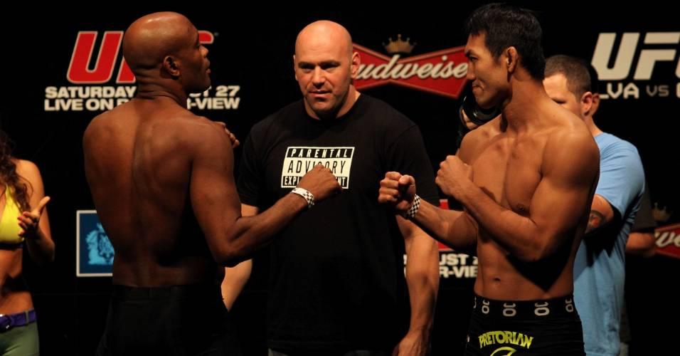 Anderson Silva encara japonês Yushin Okami durante pesagem do UFC Rio
