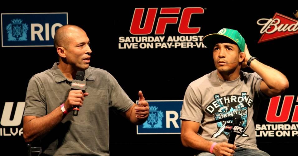 Primeiro grande campeão do UFC, Royce Gracie (esquerda) participa do evento de pesagem do UFC Rio ao lado de José Aldo