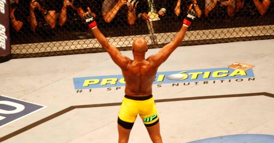 Anderson Silva comemora após vencer por nocaute no UFC Rio