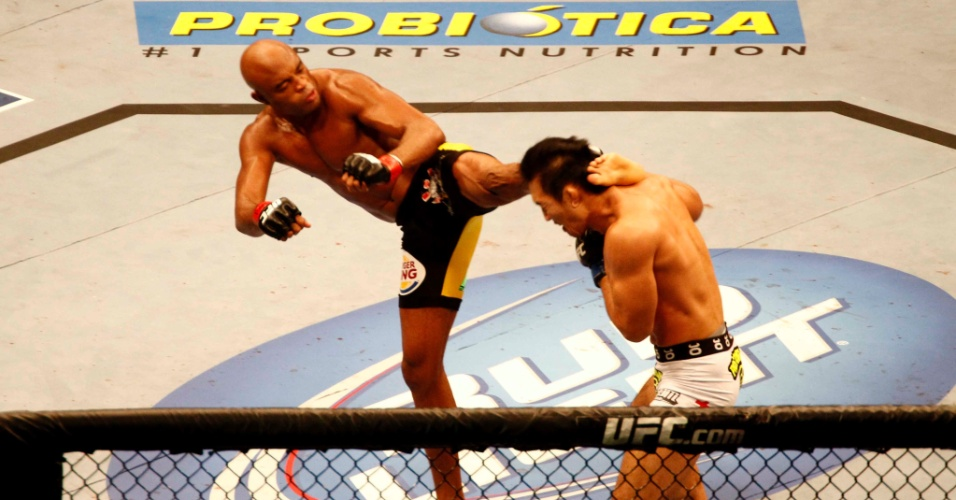 Anderson Silva dá chute em rival japonês durante luta no UFC Rio
