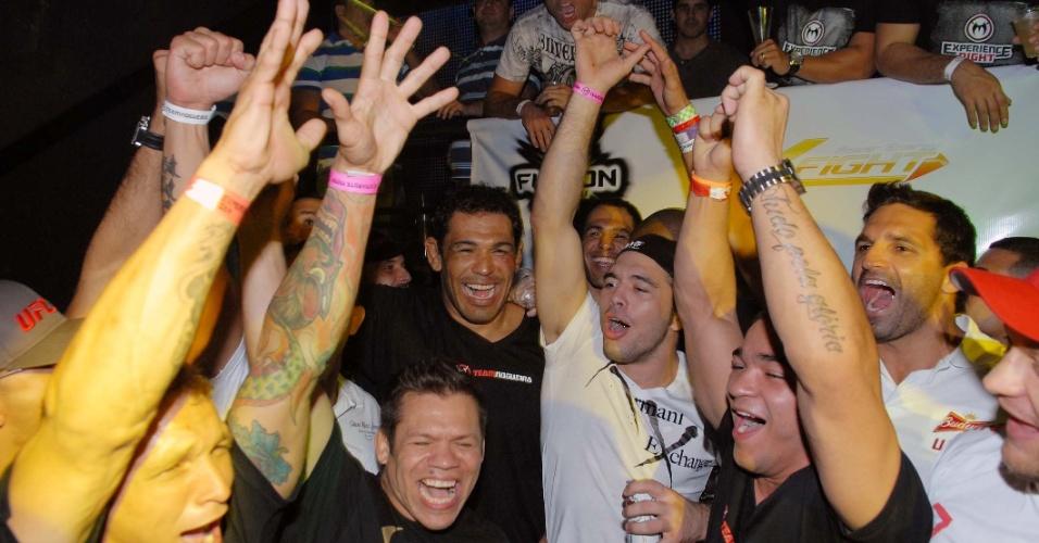 Minotauro curte balada após vitória no UFC Rio