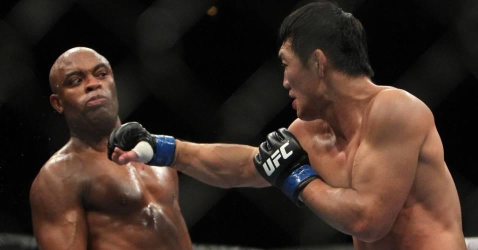Anderson Silva se esquiva de golpe de Yushin Okami durante a vitória no UFC Rio
