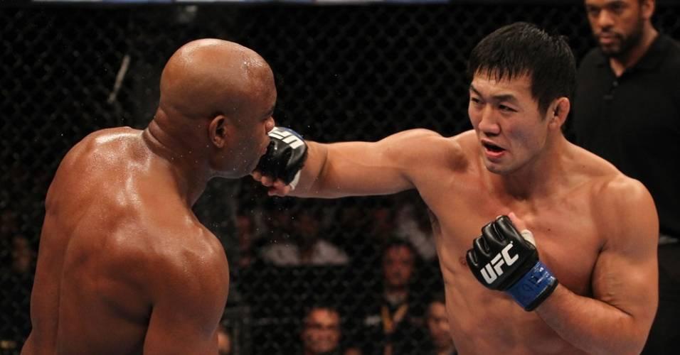 Anderson Silva se esquiva de golpe de Yushin Okami, durante sua vitória no UFC Rio