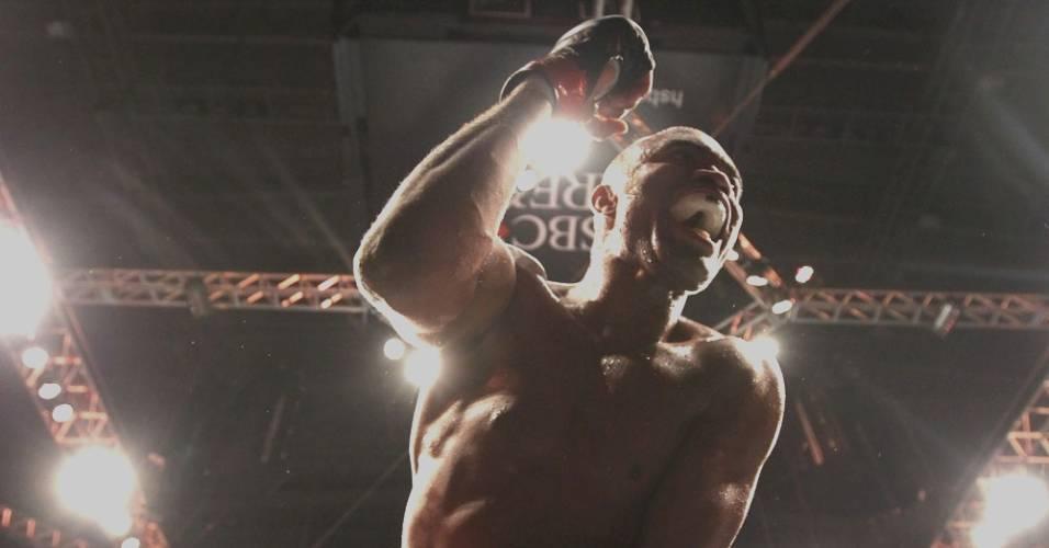 Pelo UFC Rio, Anderson Silva comemora a vitória por nocaute contra Yushin Okami