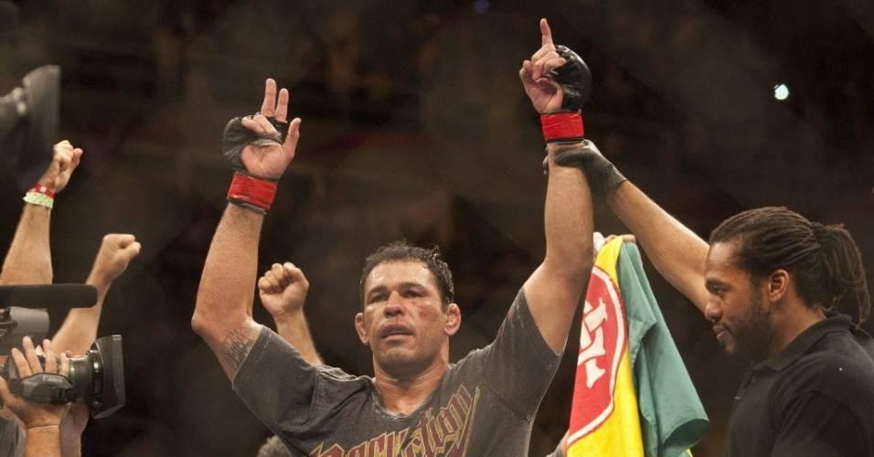 Minotauro comemora vitória no UFC Rio, contra Brendan Schaub