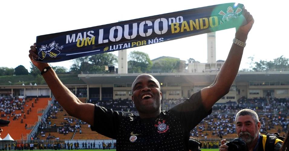 Anderson Silva se apresenta como Louco do Bando antes da partida entre Corinthians e Santos