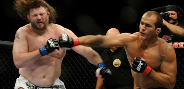 Júnior Cigano (direita) será atração na estreia da Globo nas transmissões do UFC