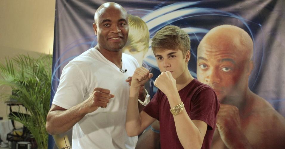 Anderson Silva posa para foto ao lado de Justin Bieber antes do primeiro show do cantor no Brasil