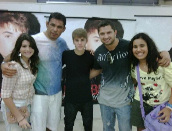 Minotauro levou sua filha para tirar uma foto com Justin Bieber após o show do cantor no Rio de Janeiro
