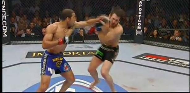 José Aldo desfere soco em Kenny Florian no UFC 136
