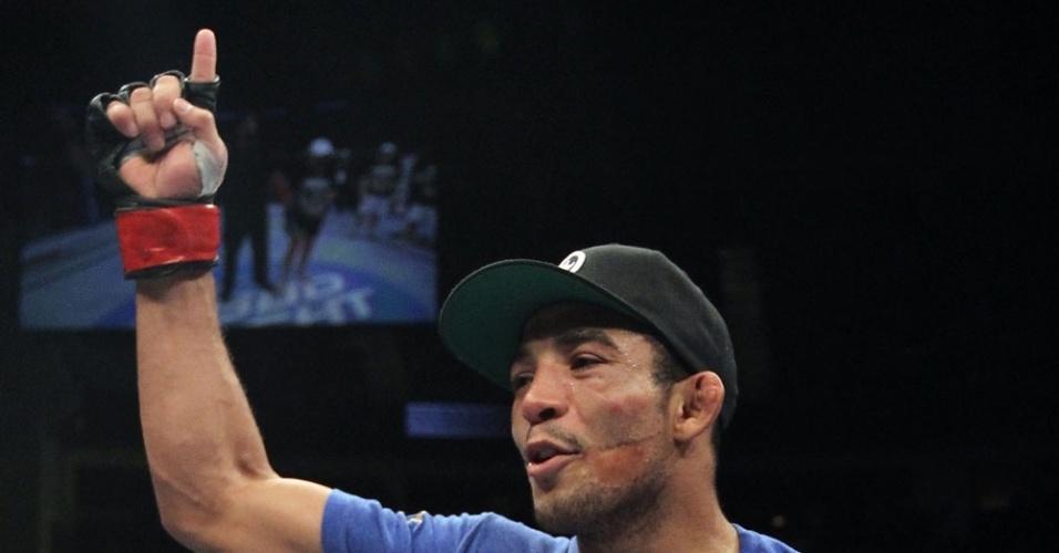 José Aldo comemora a vitória por pontos contra Kenny Florian no UFC 136