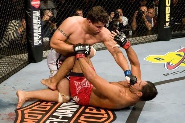 Frank Mir golpeia Minotauro em sua vitória sobre o brasileiro no UFC 92, em 2008