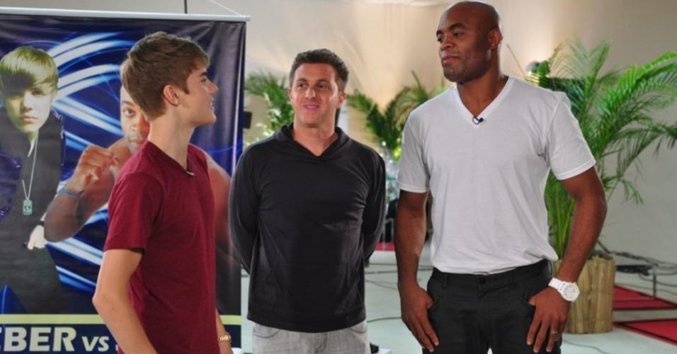 Justin Bieber, Luciano Huck e Anderson Silva conversam nos bastidores do