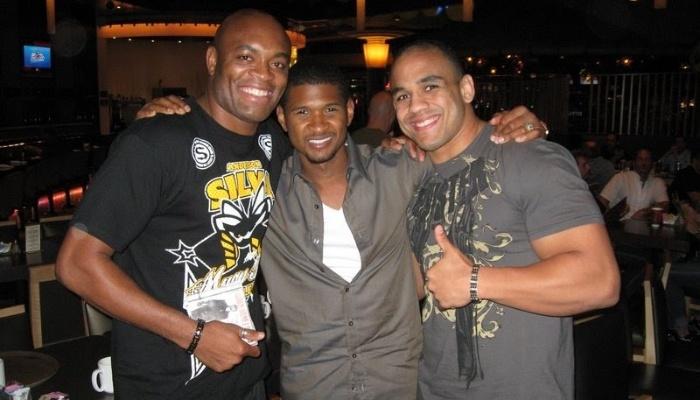 Anderson Silva e Rafael Feijão posam para fotos com Usher
