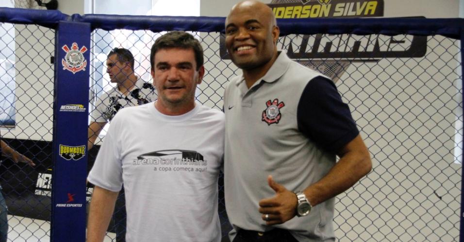 Anderson Silva posa com Andrés Sanchez na inauguração de academia de MMA no Corinthians