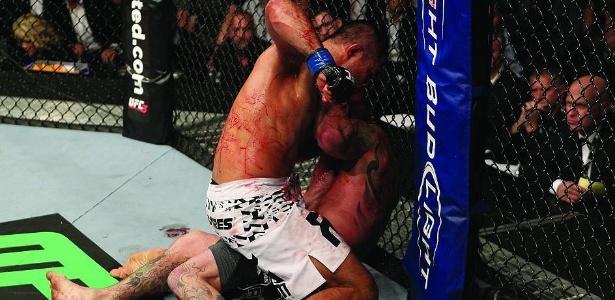 Pressionado contra a grade do octógono, Chris Leben é castigado por Mark Muñoz no UFC 138 (05/11/2011)