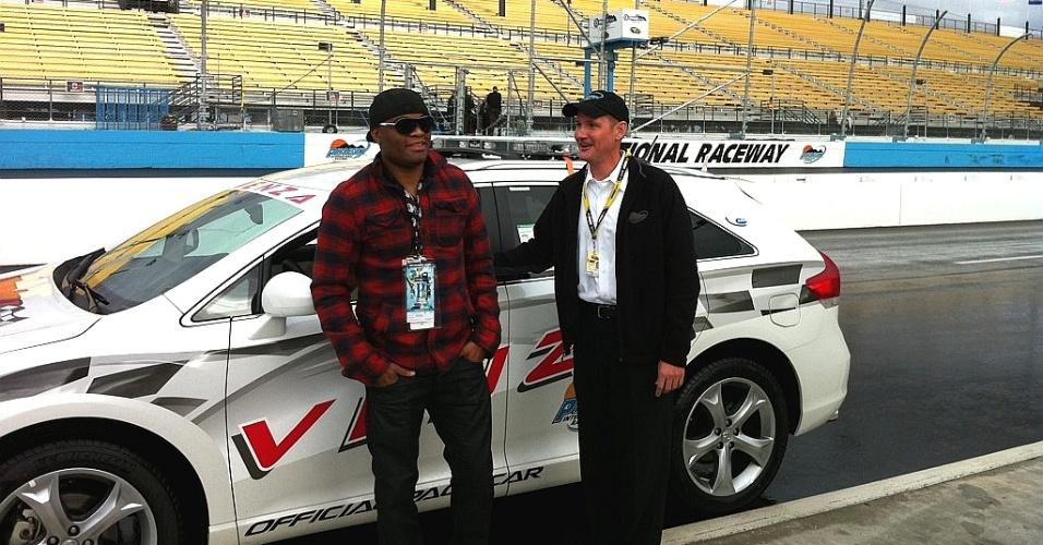 Anderson Silva participa de evento da Nascar e dirige o pace car em Phoenix