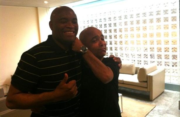 Anderson Silva encontra Claudio Manuel, ator do personagem Maçaranduba, em gravação na Globo
