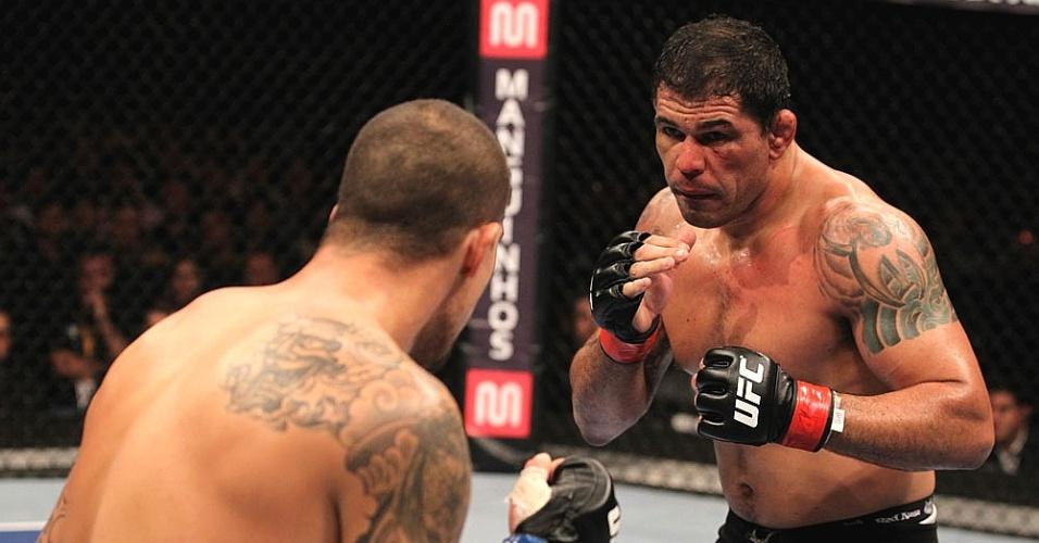 Rodrigo Minotauro observa os movimentos de Brendan Schaub durante combate no UFC Rio