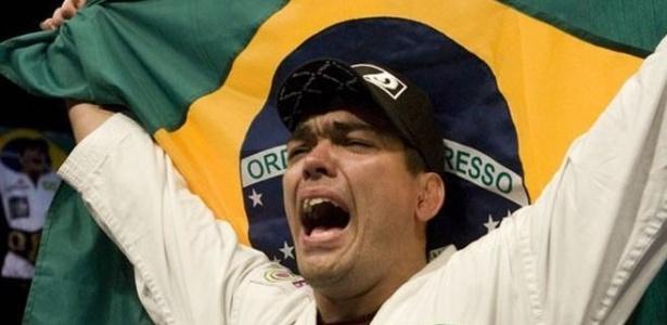 Lyoto Machida comemora com a bandeira do Brasil vitória no UFC
