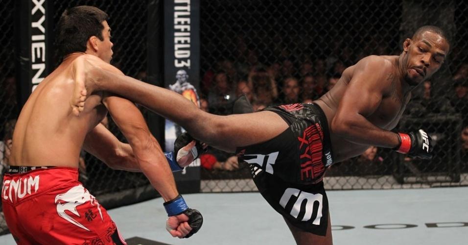Jon Jones acerta golpe no brasileiro Lyoto Machida no UFC 140