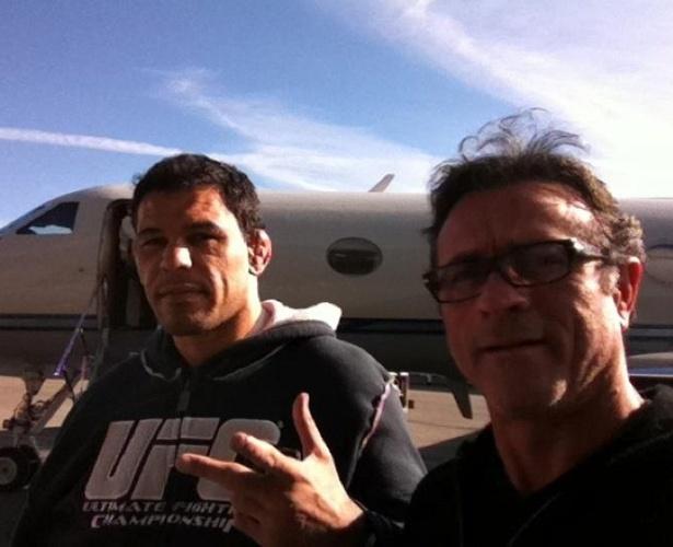 Rodrigo Minotauro e o empresário Jorge Guimarães postam foto da chegada a Los Angeles, onde o brasileiro passará por cirurgia