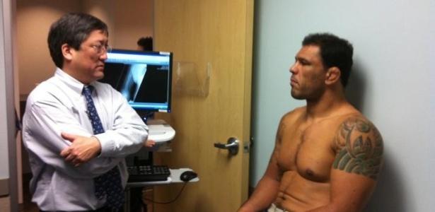 Minotauro é atendido em Los Angeles, para tratar de fratura no braço após o UFC 140