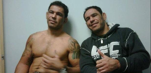 Rodrigo Minotauro (e) passa por avaliação médica nos EUA após o UFC 140, ao lado do irmão Minotouro