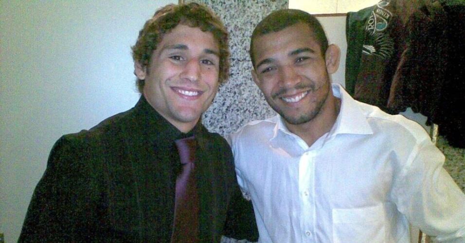 Chad Mendes e José Aldo sorriem juntos após coletiva do UFC 142, no Rio, em que se enfrentarão