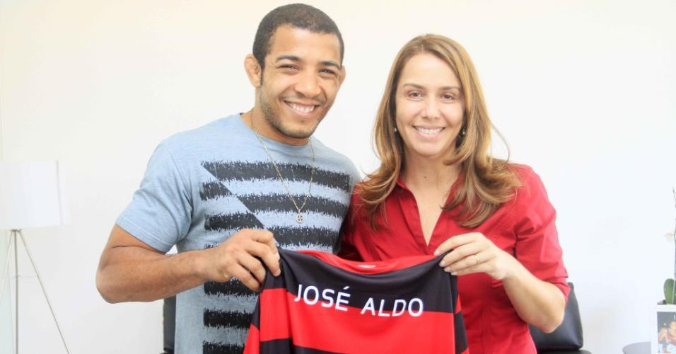 José Aldo posa com a camisa do Flamengo e a presidente do clube, Patrícia Amorim