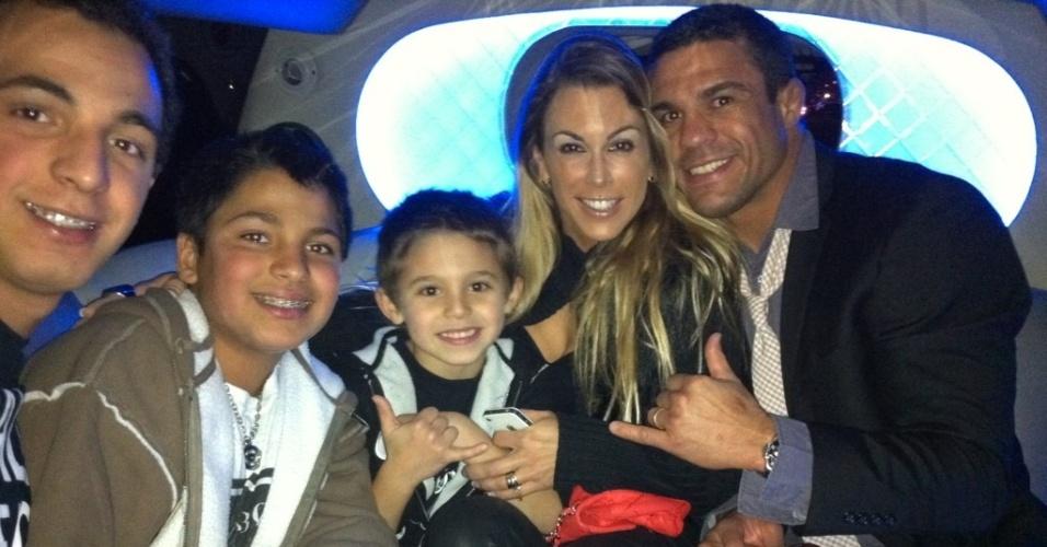 Vitor Belfort e Joana Prado vão em família ao UFC 141, em Las Vegas