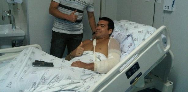 Lyoto Machida na cama de hospital após encarar cirurgia no cotovelo (01/01/2012)