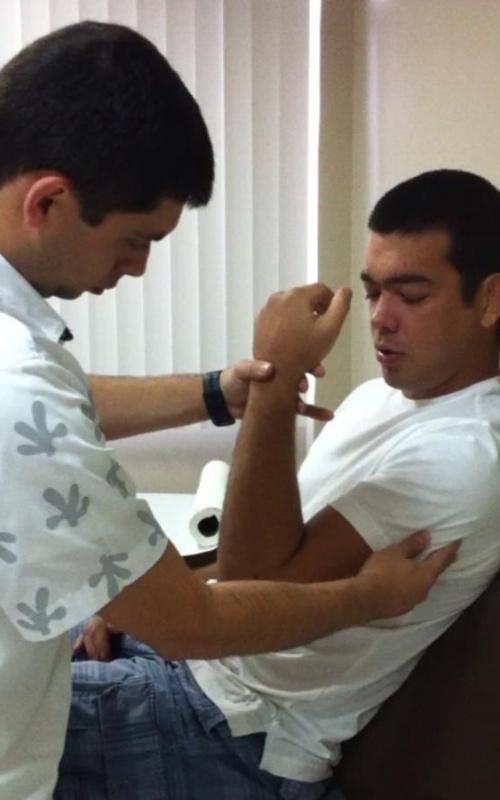 Lyoto Machida faz sua primeira sessão de fisioterapia após passar por cirurgia no cotovelo, na segunda-feira. (03/01/2011)