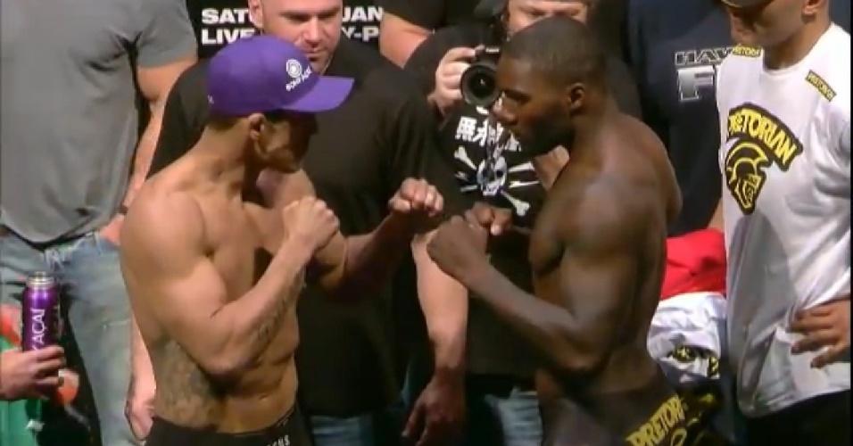 Vitor Belfort e Anthony Johnson se encaram durante a pesagem antes do UFC 142, no Rio