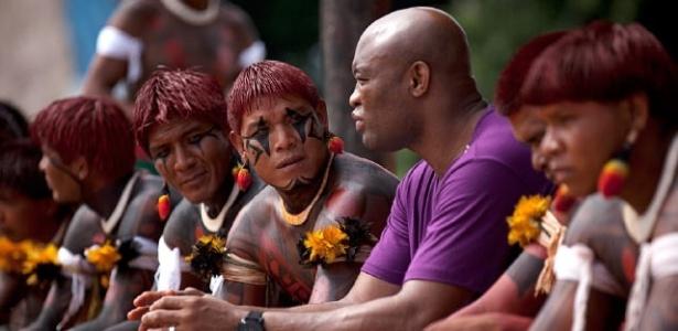 Anderson Silva posta foto ao lado de indígenas no Twitter
