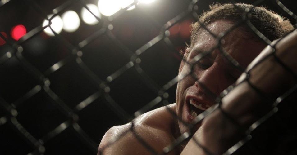 Chad Mendes é nocauteado pelo brasileiro José Aldo no UFC 142, no rio