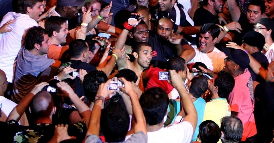 José Aldo comemora sua vitória no UFC Rio 2 junto à torcida (15/01/2012)