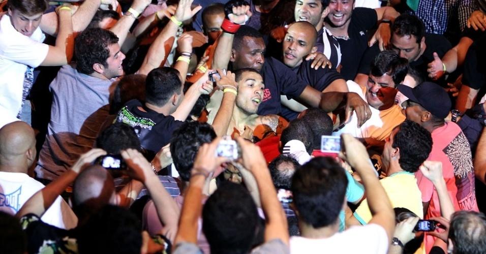 José Aldo comemora vitória no UFC com o público