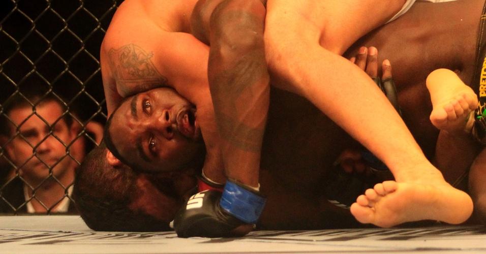 Vítor Belfort aplica golpe em Anthony Johnson, pelo UFC 142