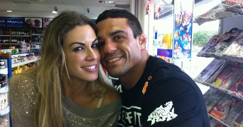 Vitor Belfort posta foto com Joana Prado em padaria após vitória no UFC Rio